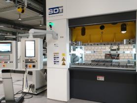 Auto-adaptive minimization of transfer vibrations in multi-stage presses