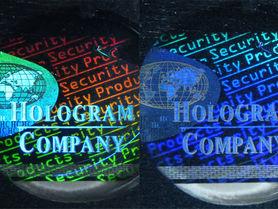 Dekorativ und fälschungssicher: In Blech geprägte Hologramme