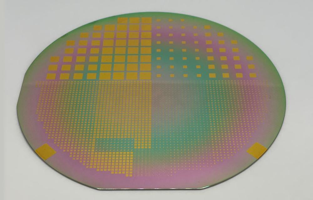 Abgeschiedenes Aluminiumnitrid mit strukturierter oberer Goldelektrode auf einem 4-Zoll-Substrat. (Foto: IMPT, Sascha de Wall, Lukas Steinhoff)