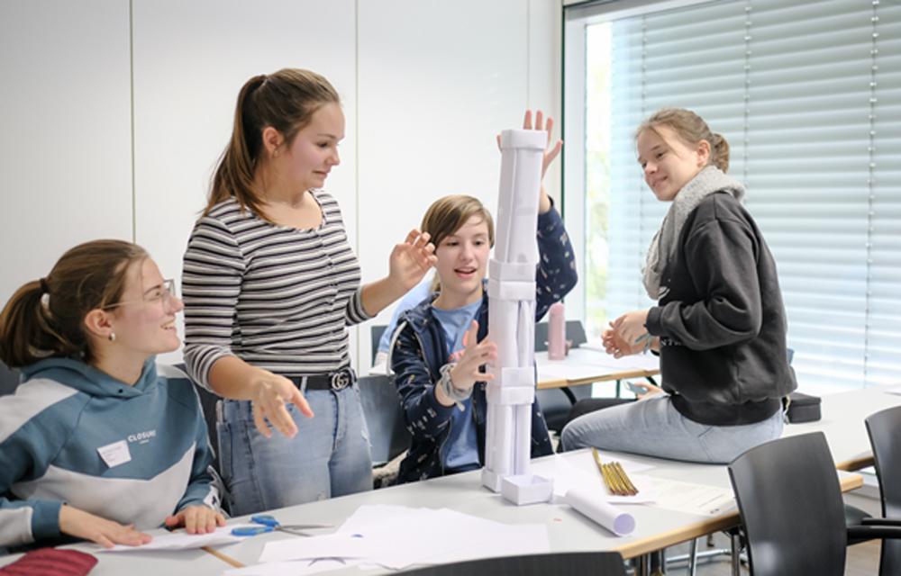 Beim Technik-Wettbewerb ist Geschick und Taktik gefragt. Wer baut den höchsten Papierturm? (Foto: China Hopson)
