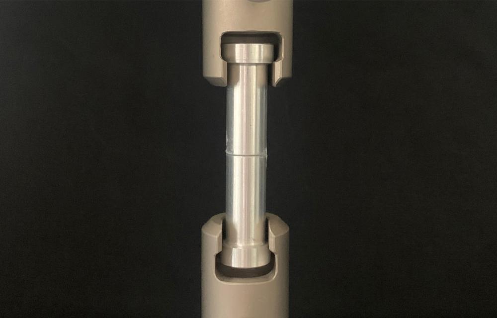 Bonded aluminum specimens in tensile testing machine for strength testing. (Photo: Sandra Gerland)