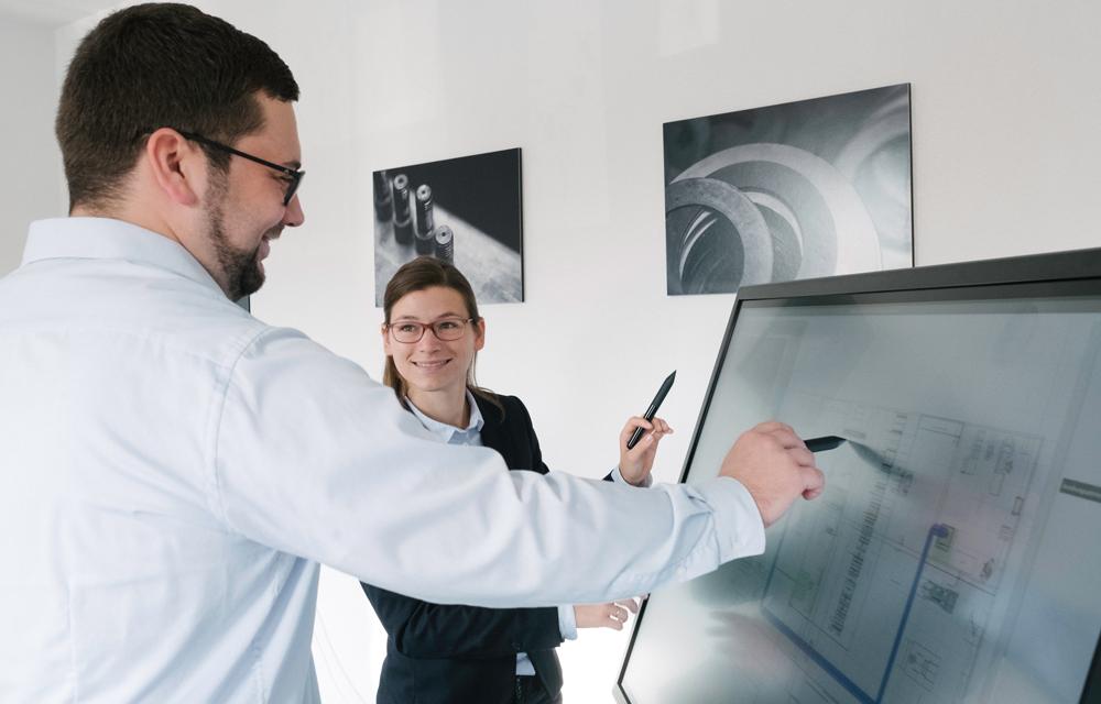 Fabriklayouts gemeinsam planen – digital statt auf Papier: Das ermöglicht ein solcher Fabrikplanungstisch. (Foto: IPH)