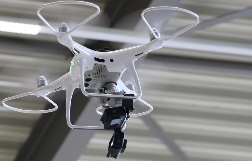 Automatisierte Layouterfassung aus der Luft: Eine Kameradrohne nimmt Fotos einer Fabrikhalle auf. (Foto: IPH)