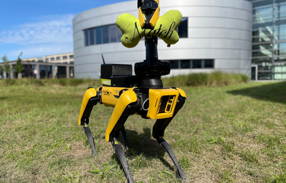 Robot dog Emma in front of the Production Technology Center of the University of Hannover (PZH). (Photo: match)
